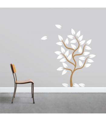 Medis su krentančiais lapais